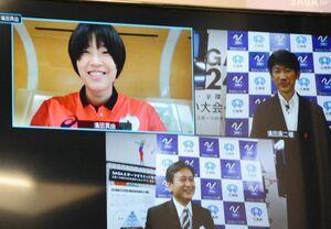 オンライン面会で五輪に向けて抱負を述べた濱田真由(画面左上)=佐賀県庁