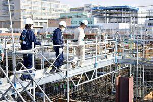 アリーナの新築工事現場を視察し、安全性を確認する満田和弘署長(中央)=佐賀市のSAGAサンライズパーク
