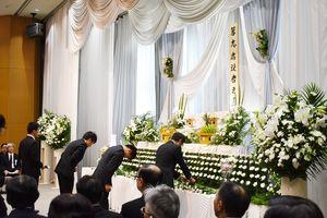 佐賀大学医学部で解剖された故人に向けて献花をする学生たち=佐賀市の北佐賀草苑