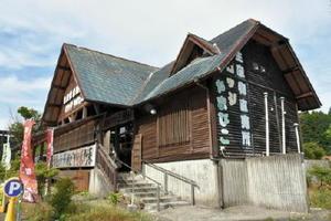 オープンから30年を迎えた「ロッジやまびこ」。福岡都市圏からも買い物客が訪れる=佐賀市三瀬村