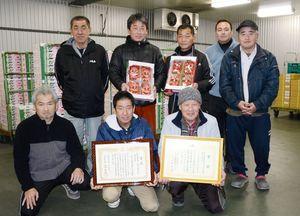 高収量の生産者が他の生産者に栽培方法を教える仕組みをつくり、全体の収量アップにつなげているJAさが神埼地区いちご部会=神埼市内