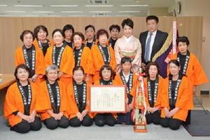 「武雄の荒踊り」で民謡日本一に輝いた「民謡はがくれ会」のメンバー=佐賀市の佐賀新聞社