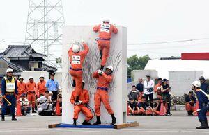 「障害突破」で1人が足場となり壁を上る隊員