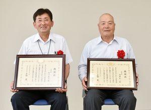 感謝状を受け取った浦田和一さん(右)と中川友久さん=佐賀県庁