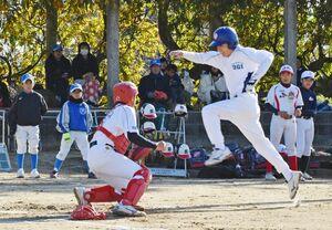 果敢に本塁を狙うシニアチームの走者。大きくジャンプして捕手をかわすも、「タッチアウト」=小城市の小城公園グラウンド