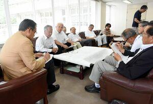 厳木町区長会のメンバーから意見を聞く峰達郎市長(左手前)=唐津市の厳木市民センター