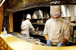 バーカウンターのスタッフはマスクに手袋、フェイスガードを装着している