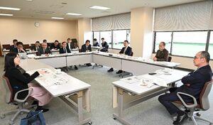 九州新幹線長崎ルートや新型コロナウイルスの報道などをテーマに意見を交わした「報道と読者委員会」=佐賀市の佐賀新聞社