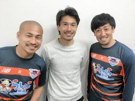 ゲストの小川佳純選手(中央)と、MCの吉田豊選手(左)、高橋義希選手