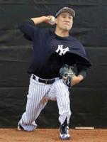 ブルペンで投球練習するヤンキース・田中=タンパ(共同)
