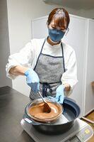 チョコレートをなめらかに溶かし、口溶けを追求するショコラティエの副島圭美さん=佐賀市の8cacao