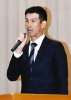 母校で講演する広島カープ打撃コーチの迎祐一郎さん=伊万里商業高校
