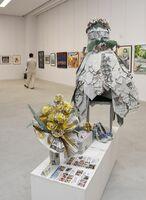 新聞紙とちり紙で制作したウエディングドレスやブーケ=佐賀市城内の県立美術館