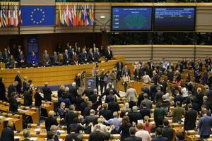 起立して「蛍の光」を歌う欧州議会の議員ら=29日、ブリュッセル(ゲッティ=共同)