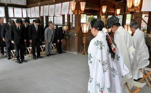 正午に合わせて黙とうをささげる平和祈願祭参列者や神職=佐賀市の県護国神社