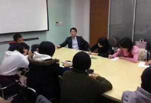 現地で働く日本人に話しを聞く生徒