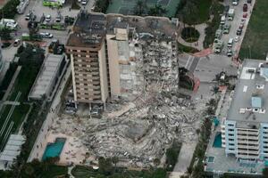24日、米フロリダ州マイアミ近郊で一部崩落したマンション(サウス・フロリダ・サン・センチネル紙提供、AP=共同)