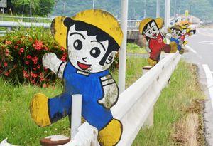 交通安全を呼びかける「アッちゃん人形」=武雄市若木町