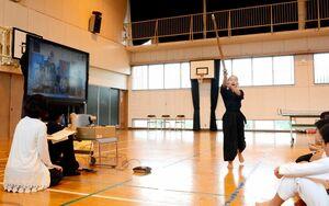 仏・ボークール市の児童と画面越しに交流し、剣道の技を見せる脊振小の児童=神埼市脊振町の同校