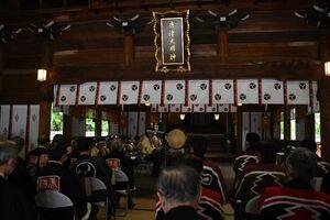 笛や太鼓の音が鳴り響いた唐津曳山囃子保存会による囃子の奉納=唐津市の唐津神社