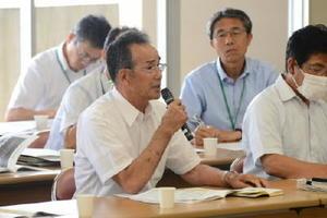 防衛省の説明に対して質問する漁業者=25日午前、佐賀市の県水産会館