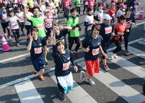笑顔で走るランナーたち=佐賀市の「機動隊前」交差点