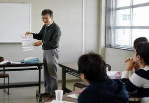 子育てに悩みを持つ保護者が育児を前向きに行うための学習プログラム「トリプルP」の講座=鳥栖市の鳥栖市総合庁舎別館