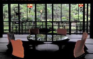 物語の舞台の一つ、史跡料亭花月の一室。実在した愛八も、この景色を目にしていたに違いない=長崎市丸山町