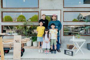 写真館「MukuMuku」の前に勢ぞろいした外尾さん家族=2021年4月、佐賀市川副町