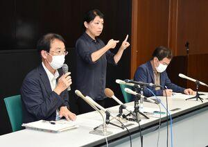 確認された新規感染について説明する佐賀県の大川内直人健康福祉部長(左)=24日午後、佐賀県庁