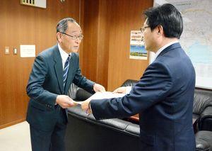 奨励賞の賞状を受け取る下村敏明社長(左)=佐賀市の佐賀国道事務所