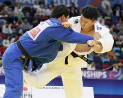 男子100キロ超級3位決定戦 ウズベキスタン選手(左)を破り銅メダルの原沢久喜=バクー(共同)