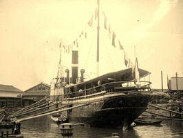 有明海の干満差を利用した浮きドックで改修工事を受ける客船「若津丸」(撮影・明治30年代ごろ)