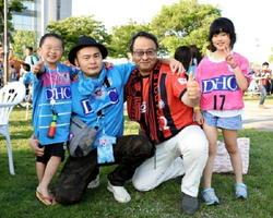 左から高木煌史君(5)と高木康史さん(36)、鈴木一郎さん(54)と高木美寧ちゃん(7)