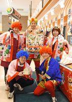鬼の衣装で売り場を盛り上げるスーパーモリナガ=佐賀市