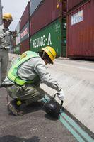 ヒアリが巣を作らないように実施されたアスファルトの亀裂をふさぐ工事=伊万里市の伊万里港国際物流ターミナル