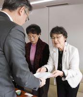 市に要望書を提出する草場会長=佐賀市役所