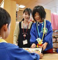 本の貸し出し業務を体験する大坪保育園の園児=伊万里市民図書館