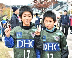 (左から)青木亮さんと駿さん=鳥栖市のベストアメニティスタジアム