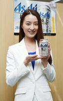 新商品をPRした2019年アサヒビールイメージガールの鈴木さん=佐賀市の佐賀新聞社