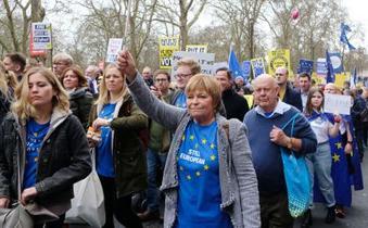 英、国民投票求め数十万人デモ