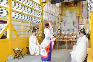 神事が行われた「とんさんえびす祭り」=佐賀市の松原神社境内