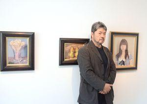 九州で初めて個展を開いている稲垣考二さん=佐賀市天神の画廊憩ひ