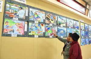 応募総数800点から選ばれた80点の図画と習字が並ぶ「JFさが海の子作品展」=佐賀市東与賀町のイオンスーパー佐賀店