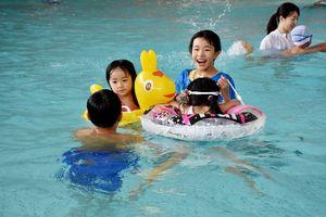 温水プールではしゃぐ子どもたち。長崎や福岡などからも家族連れが訪れた=多久市北多久町のタクア