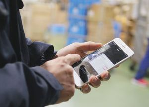 トワードの物流センターでは、社員がスマートフォンで手順を確認しながら業務に当たっている=神埼郡吉野ヶ里町の同社