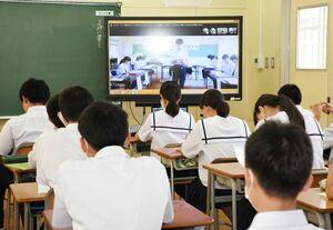 教室と生徒会本部をオンラインでつないだ生徒総会=唐津市の北波多中