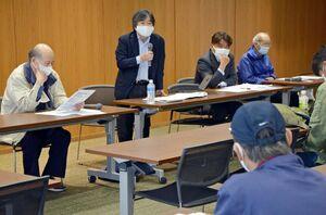 差し戻し控訴審の見通しなどを語る堀良一弁護士(左から2人目)=佐賀市の県弁護士会館