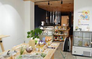 """総菜や菓子、加工品など""""佐賀のおいしいもの""""が並ぶ「cosa」。カヌレの味は販売日によって変わるのでSNSを要チェック"""