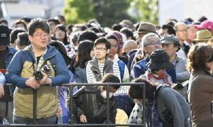 大相撲の稽古総見で入場を待つ大勢のファン=3日、両国国技館